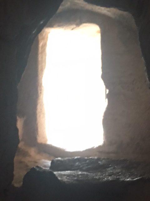 Blick aus einer Grabanlage ins Licht des Tages. Paphos, Zypern