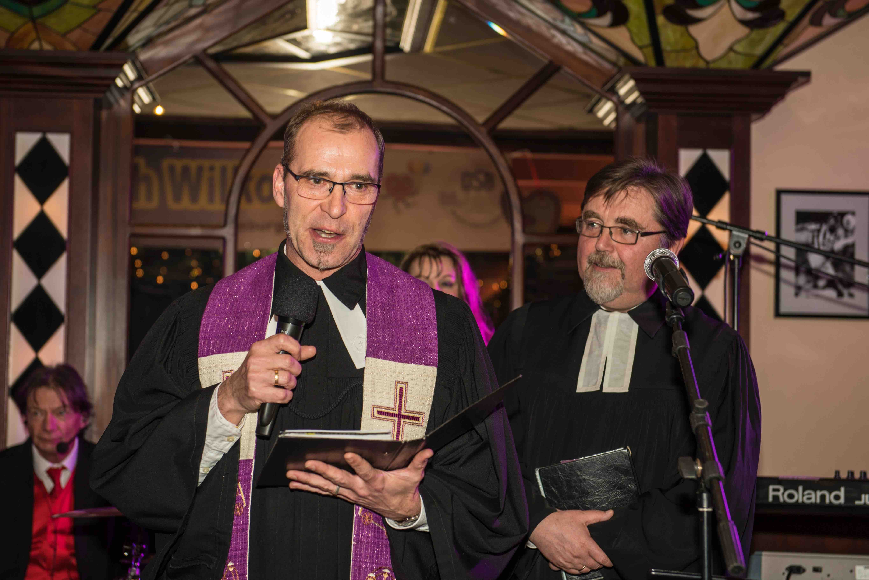 Schaustellerpfarrer Torsten Heinrich und Pfarrer Reinhard Lohmeyer, Ehrenmitglied des Schaustellervereins, nahmen die Fahnenweihe vor.