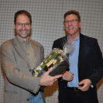 Superintendent André Ost (re.) überreichte Professor Dr. Martin Jung ein Geschenk.