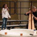 """Eine junge Solistin des Tecklenburger Chores """"Mollmäuse and friends"""" wurde von Eugen Chrost auf der Harfe begleitet."""
