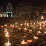 Vor der Kirche verzauberten Schülerinnen und Schüler der Roncalli-Realschule den Kirchplatz mit einer Illumination.