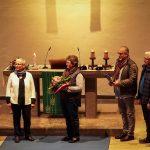 Die Gemeindeleitung verabschiedet Annemarie Bröcker mit Blumen.